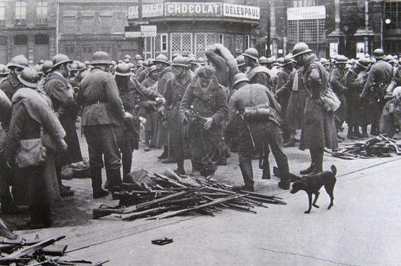 Le 1er juin 1940 place de la gare a lille les soldats francais deposent les armes